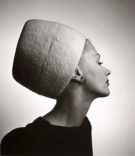 Lisa Fonssagrives in Hattie Carnegie's 'King Tut' hat, photo by Louise Dahl-Wolfe, 1945