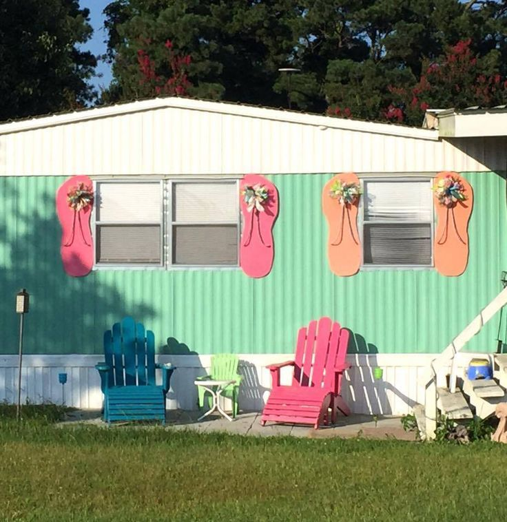 Check out these adorable flip flop shutters for a beach