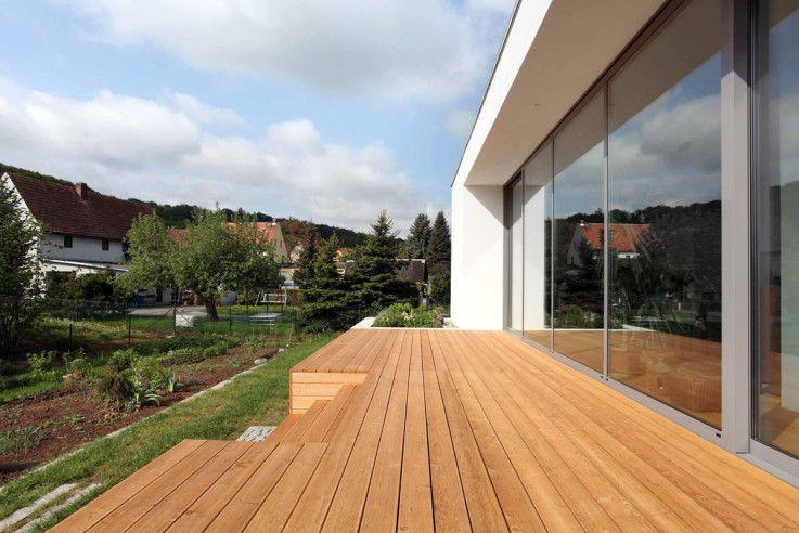 Grosszügige Sonnenterasse im Südes des Hauses von Töpfer Bertuleit Architekten als gliederndes Möbel im Raum   Töpfer Bertuleit Architekten