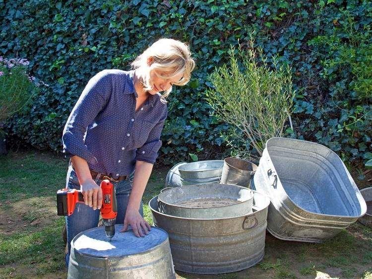 Zinkwanne bepflanzen Anleitung - Löcher für Drainage bohren - feuerstelle im garten gestalten