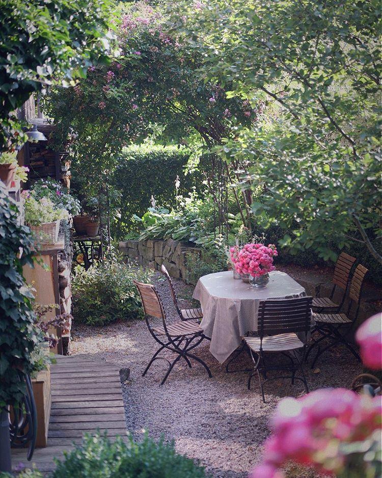 Flechtkörbe vor dem Küchenfenster . . wohnenundgarten