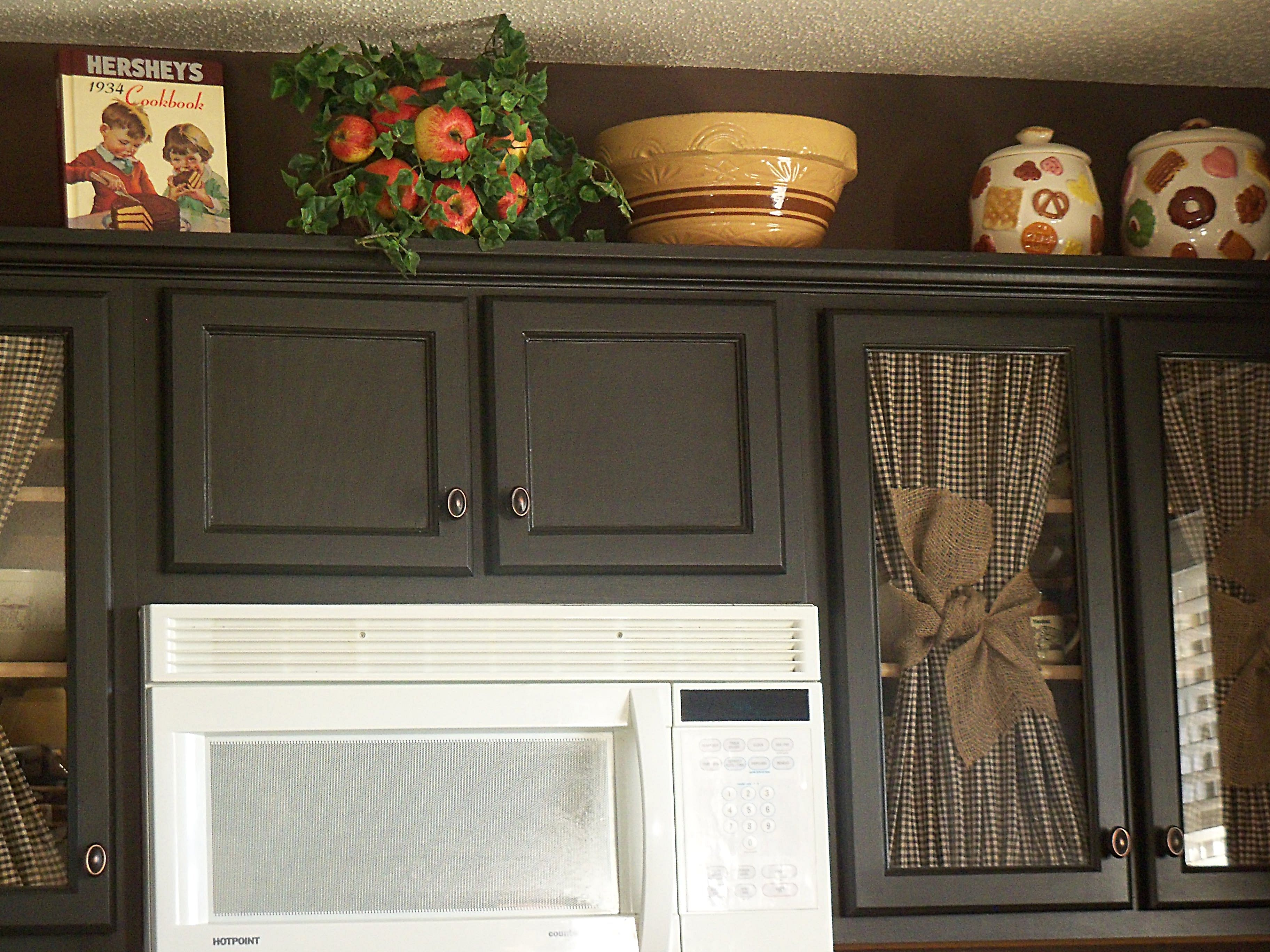 Best Black Cabinets And Chocolate Brown Walls Love 400 x 300