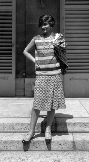 664baa1403ff61 Mais bientôt, plusieurs Couturiers vont Libérer le Corps de la Femme comme  par Exemple Coco Chanel (ici en 1929)