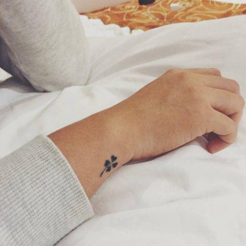 Tatuaje De Un Trébol En El Exterior De La Muñeca Derecha Tatuajes