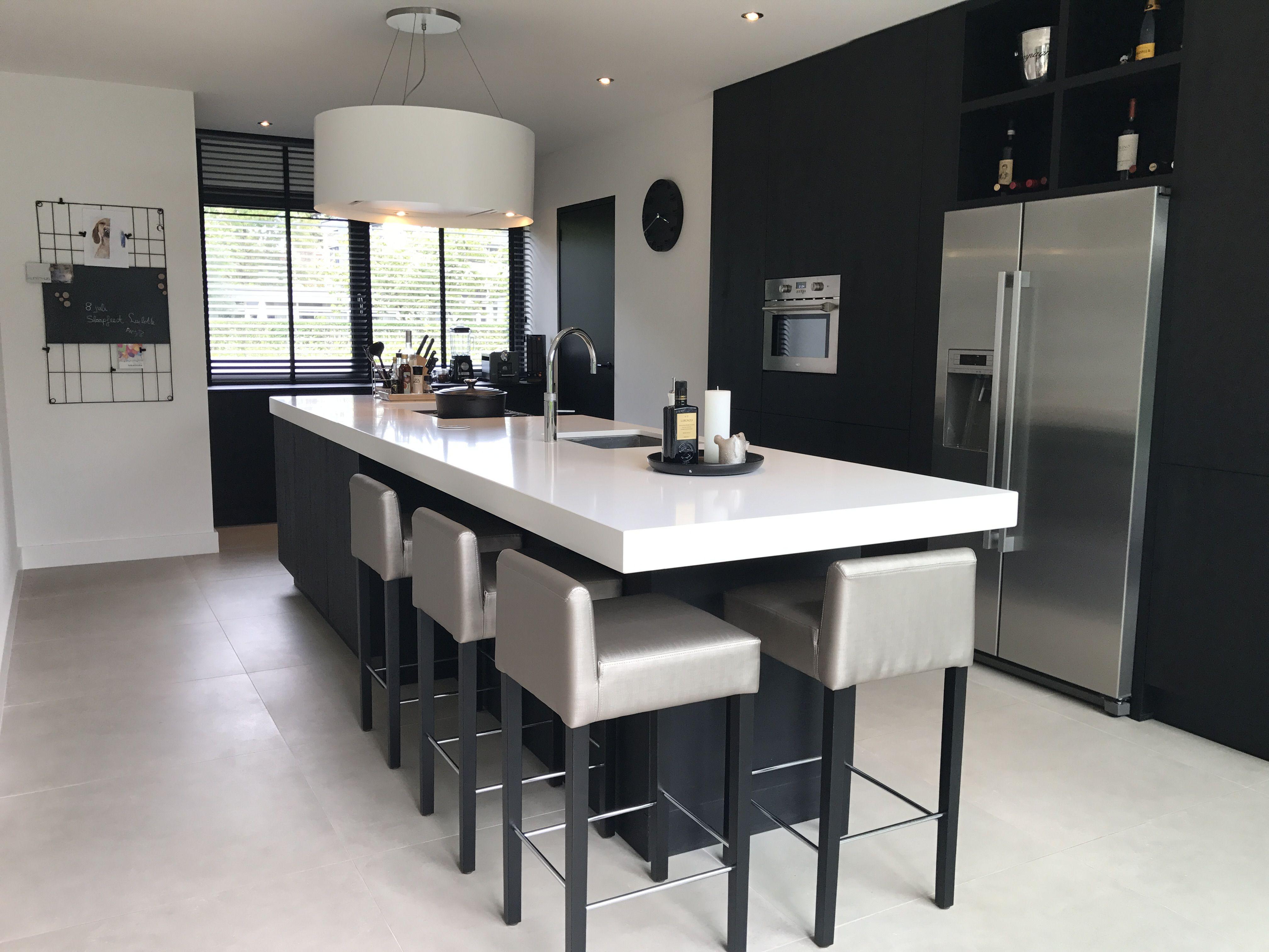 Keuken kookeiland zwart wit met bar afzuigkap wave boretti