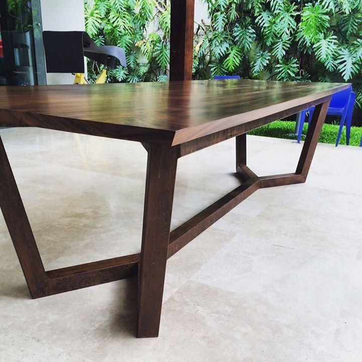 Mesa para sala de juntas fabricada en madera de guanacaste for Mesas de madera para sala