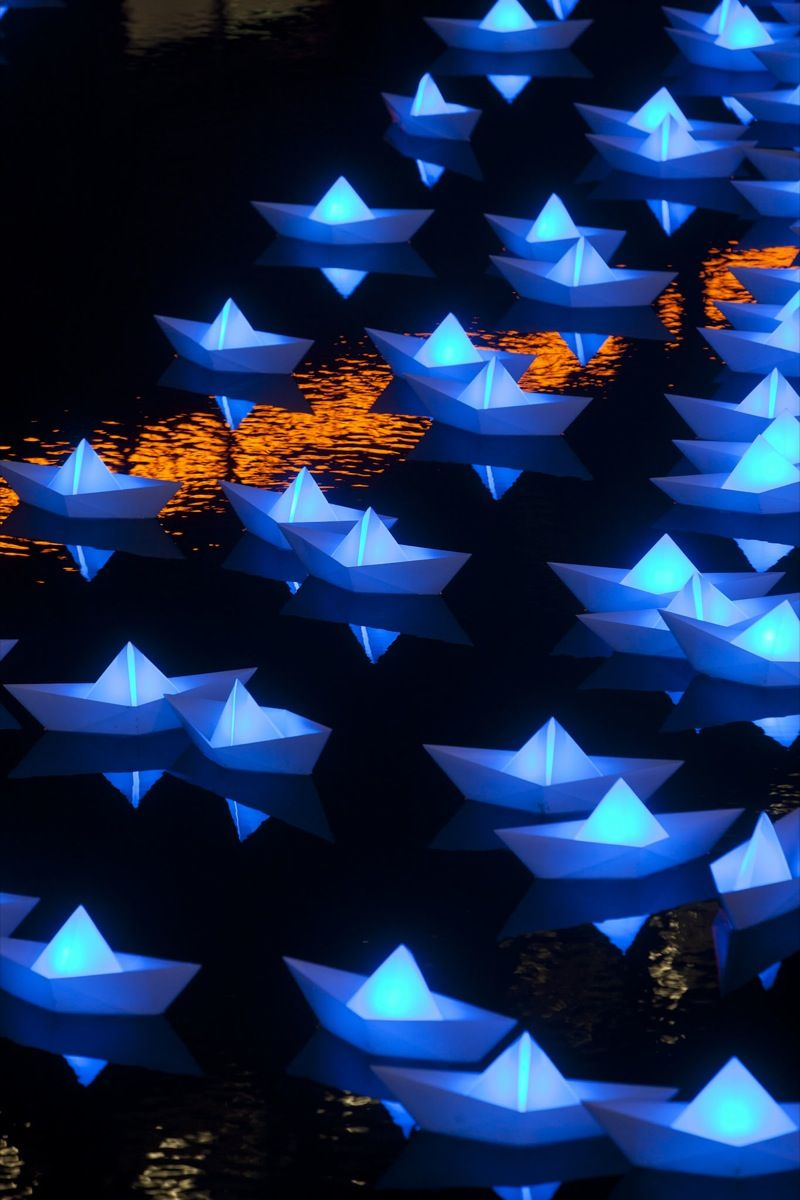Colorful Illuminated Boats In Canary Wharf Lichtkunst Origami Kunst Und Origami Boot