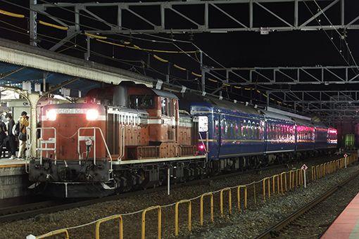 """24系""""天理臨""""復路が運転される  青森車両センターに所属する24系客車(6 輌)を使用した団体専用列車""""天理臨""""の復路が、1月27日(月)から翌28日(火)にかけて、天理から青森まで運転された。天理~京都間は網干総合車両所宮原支所に所属するDD51 1191、京都~敦賀間は敦賀地域鉄道部に所属するEF81 108、敦賀~青森間が青森車両センターに所属するEF81 138がそれぞれ牽引した。     /2013.01.27 hashimoto jun.jpg"""