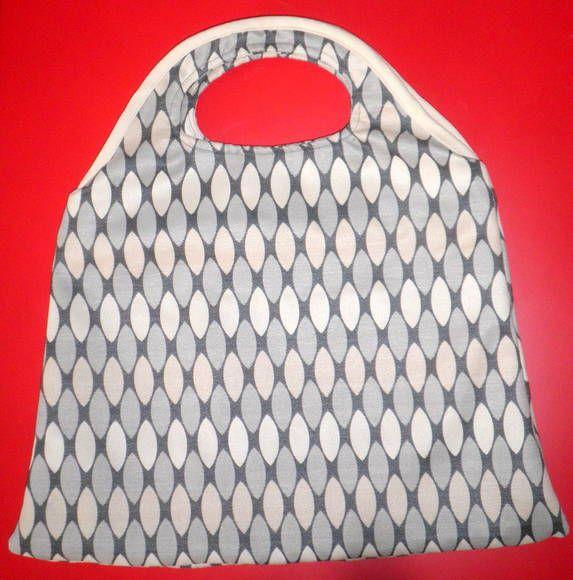 SUPER CHARMOSA !!!!  Para mulheres que gostam viver com STYLE. Bolsa de tecido 100% algodão de ótima qualidade com bom acabamento. Bolsa com forro, possui bolso interno e fecho de zíper. Medidas : 40 x 42 *Com necessaire combinado com a bolsa 15 x 16. Tem um tamanho excelente cabe muita coisa.  Está bolsa é para qualquer ocasião e para qualquer época do ano. É charmosa, moderna além de ser super usual. PRONTA ENTREGA  * PROMOÇÃO  FRETE GRÁTIS PARA TODO BRASIL, PARA COMPRA ACIMA DE R$ 200,00…