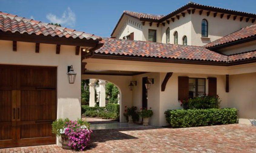 Fachadas coloniales modernas con techumbres de teja de for Fachada de casas modernas con tejas