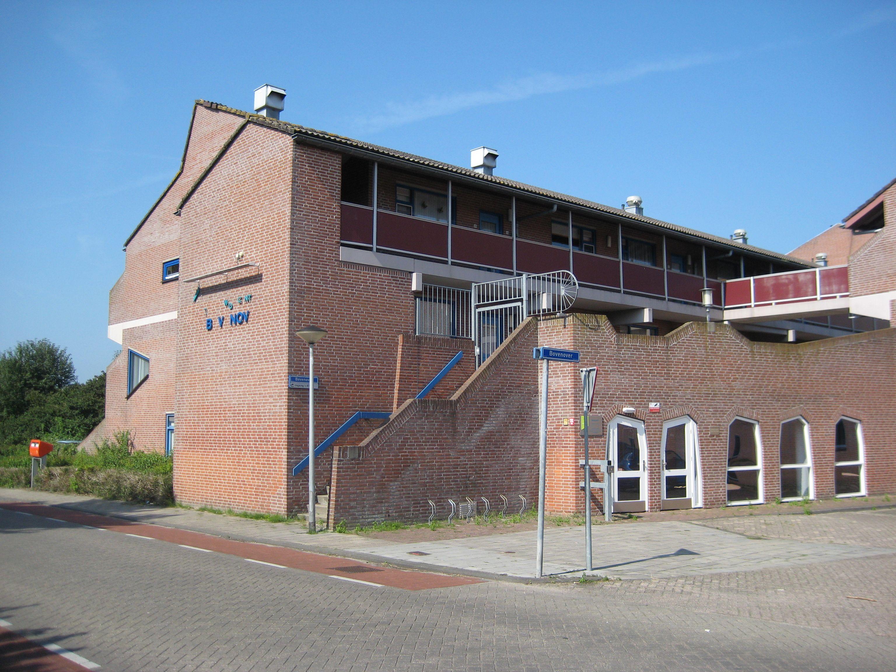 Bovenover Renovatie | Lelystad | Beheer en Onderhoud | Plegt-Vos | Na ruim dertig jaar is het seniorencomplex 'Bovenover' gerevitaliseerd. Dit opvallende organische gebouw is in 1980 gebouwd en bestaat uit 96 huurappartementen. Op 14 juli 2014 werd het gerevitaliseerde wooncomplex feestelijk geopend.