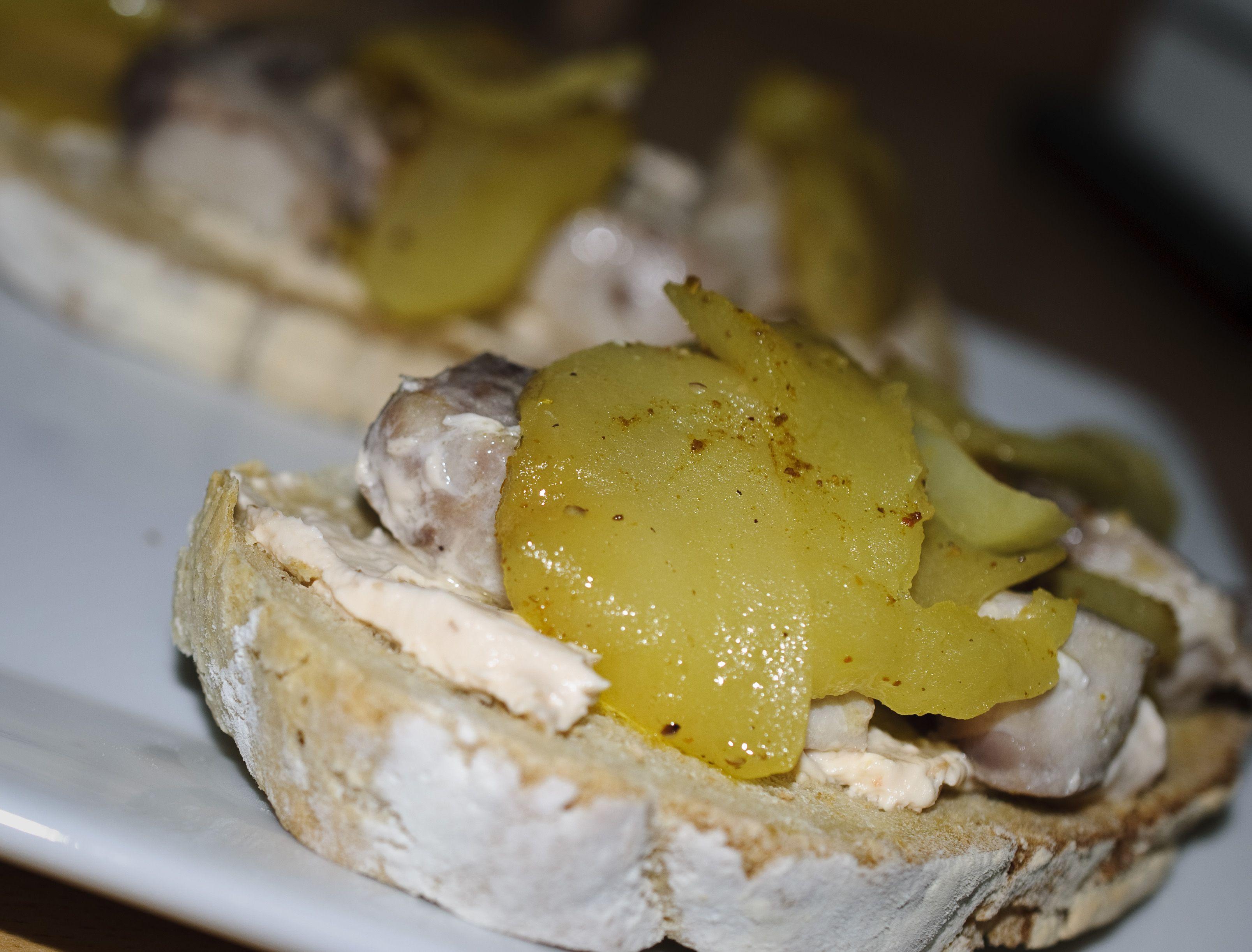 Tostas de bonito y manzana. Un buen pan de hogaza, crujiente, manzana pochada y bonito en dados salteado... una combinacion genial.