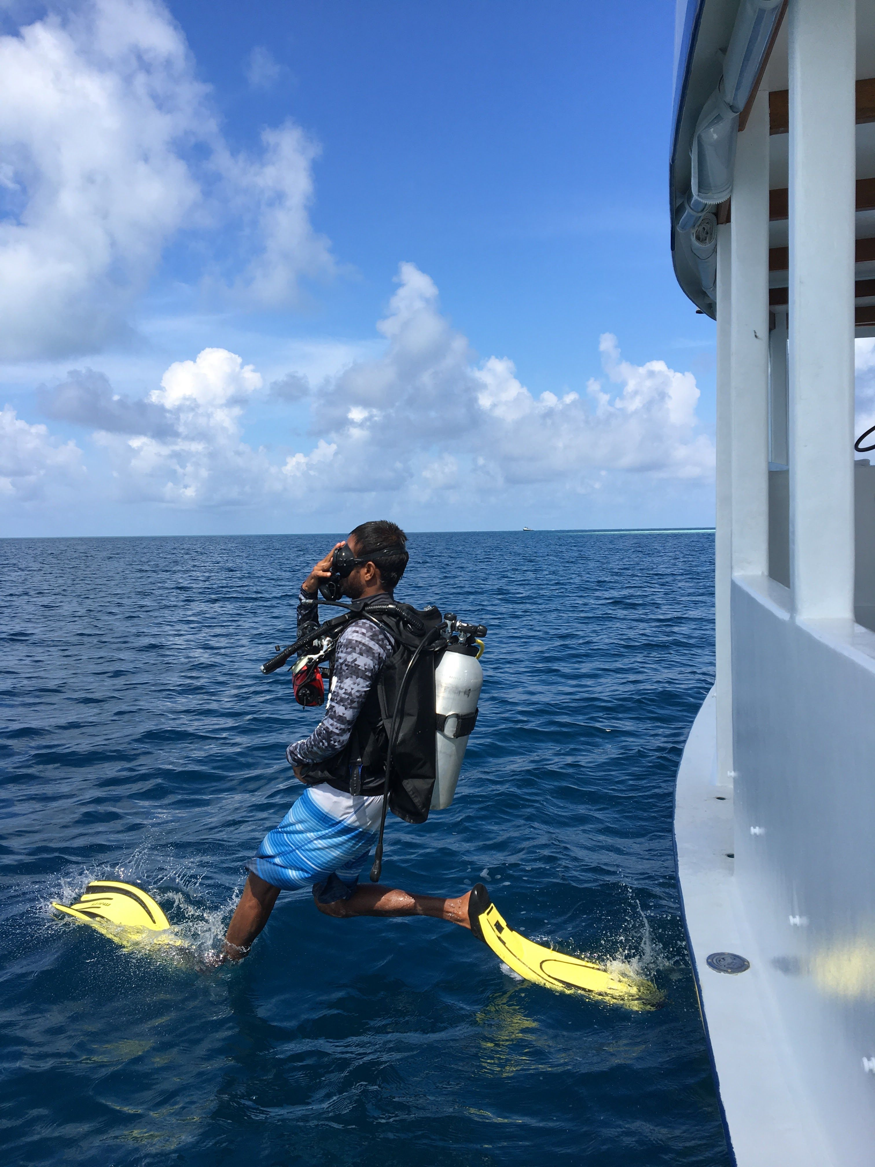 Base leader Ali Miuraj demostrating a giant leap entry! #Fulidhoo Dive #Maldives