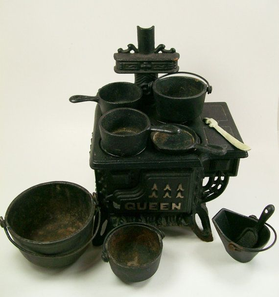 Dollhouse Miniature Queen Stove Salesman Sample Cast Iron 1950s 15 Piece Set Toy Collectors Item Collectible Made in Taiwan