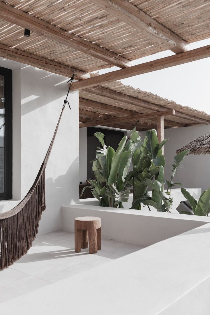 Ein Sommer in Griechenland zwischen Palmen und weißer Steinarchitektur, blauen S #traveltogreece