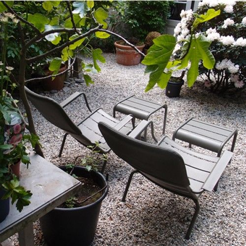 Sfeerbeeld van low armchair en small footrest luxembourg in fermob kleur sava - Chaise luxembourg fermob ...