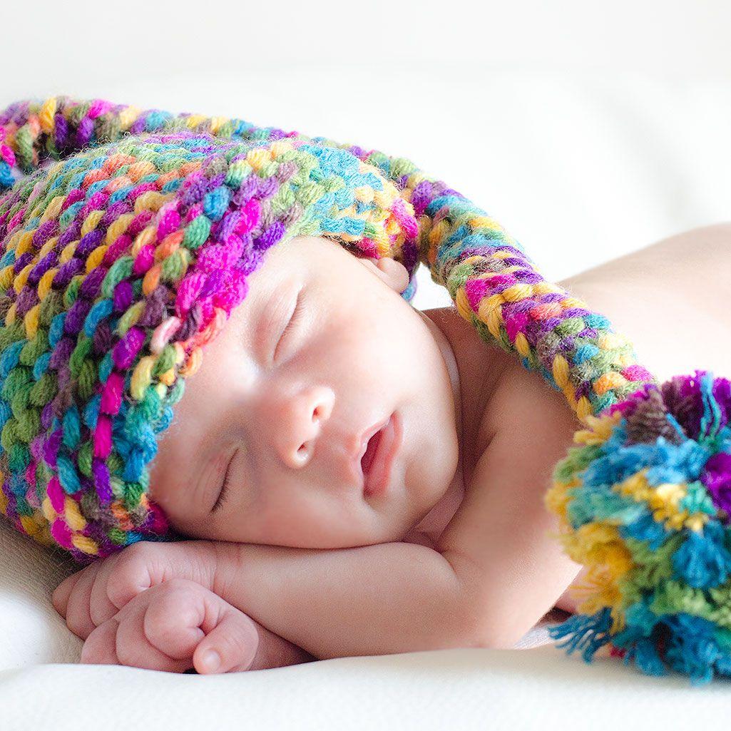 Gorro duende hecho a mano de colores con ponpon. Para bebés y recién ...