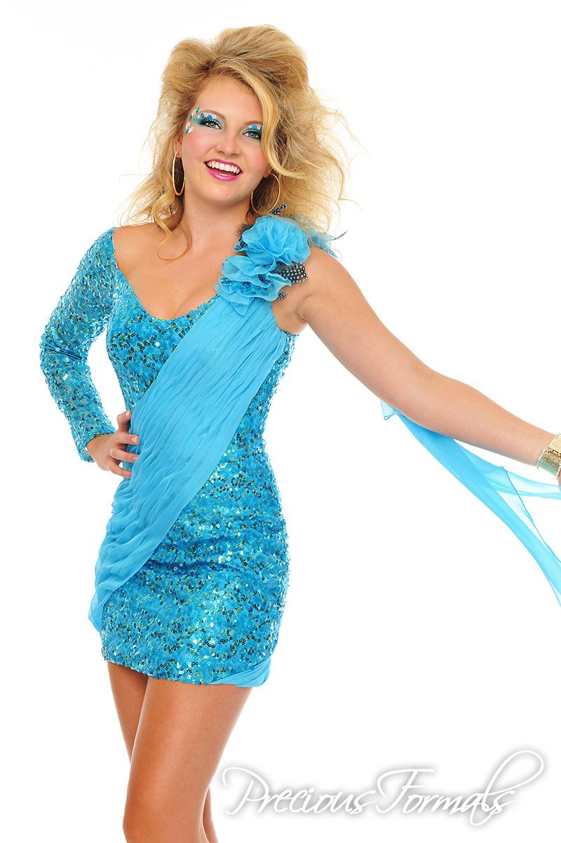 This magnificant short dress is fully sequined with pleats of