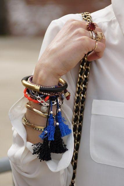 Valkoisen paidan kanssa sopivat värikkäät korut. Ihania tupsullisia rannerenkaita! Stacked bracelets with tassels.