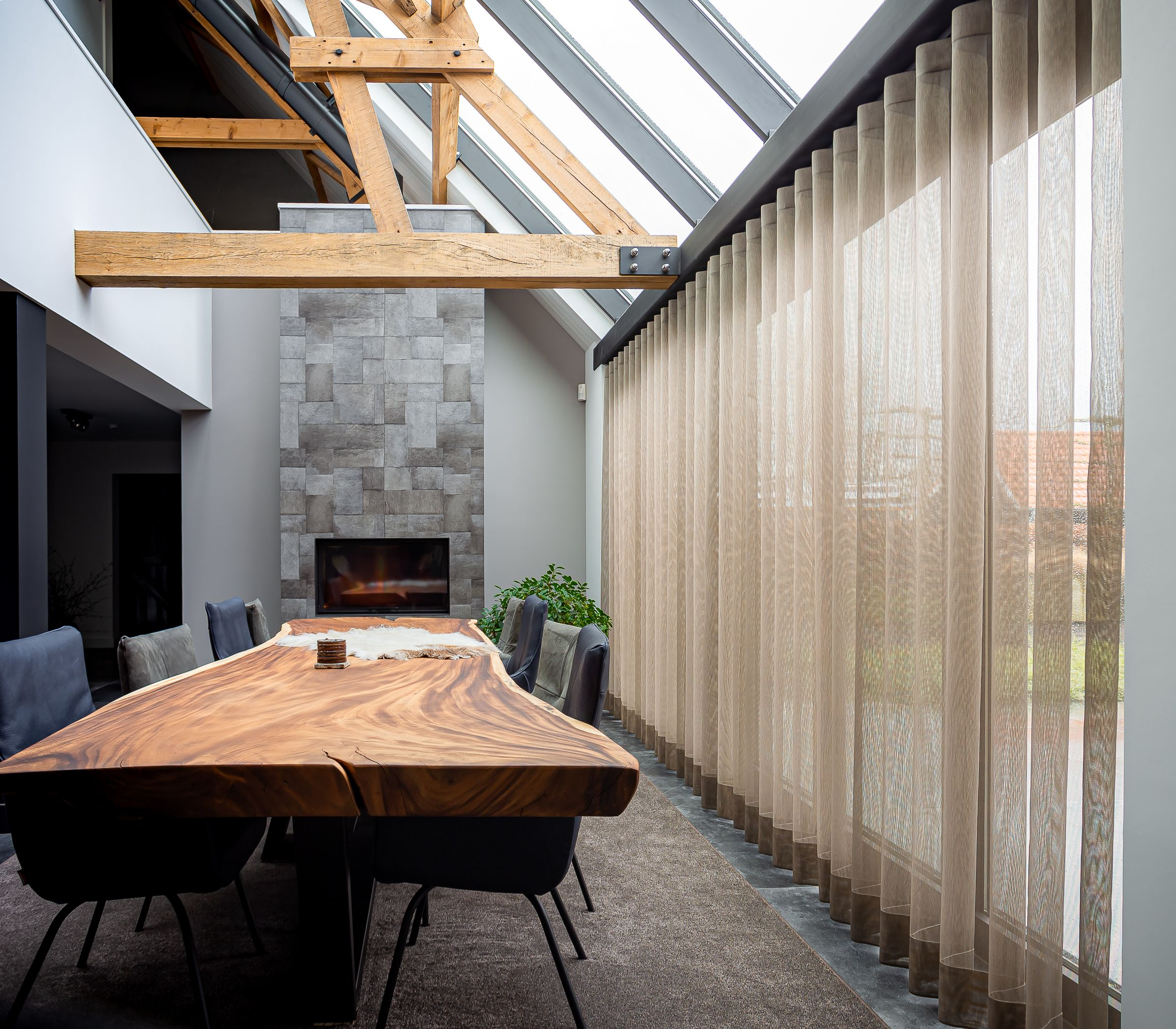 Eetkamer met gordijnen van NEGENTIEN80. #dining #eetkamer #diningroom #curtains #gordijnen #fabrics #diningtable #eettafel #woodentable #eetkamerstoelen #chairs #haard #carpets #window