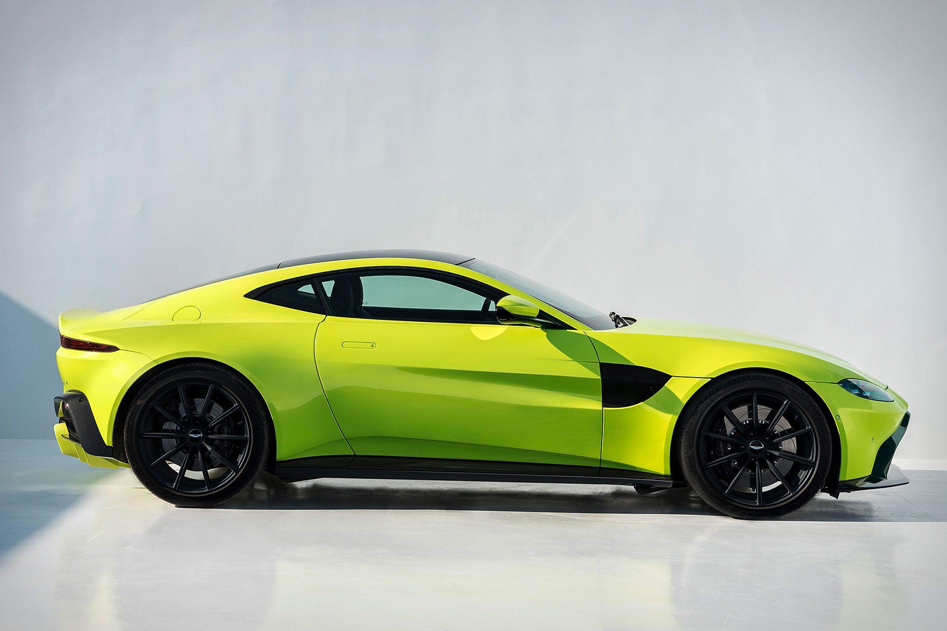 Izgled je prepoznatljiv Aston Martinov iako je sve jako puno