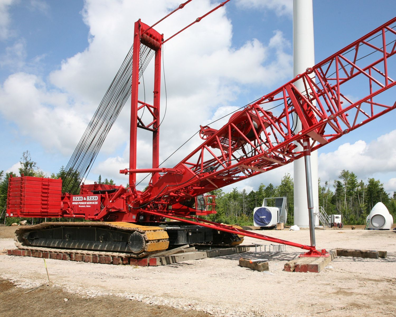 Manitowoc 16000 Crawler Crane Fitted With The Wind Attachment And Boom Raising System The Innovative Attachment Crawler Crane Construction Equipment Manitowoc