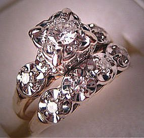 Michelle McNutt This looks exactly like Grandmommys wedding bands