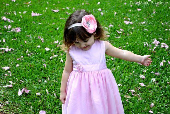 Faixa com flor grande de cetim com pedra de pérolas e strass flor de aprox 12cm de circunferência Serve desde RN até as maiores Mais cores: branco preto rosa bb pink amarelo laranja roxo vermelho  ***INFORME A MEDIDA DA CIRCUNFERÊNCIA DA CABEÇA DA BEBÊ OU IDADE PARA CONFECÇÃO DO ELÁSTICO SOB MEDIDA R$ 25,00