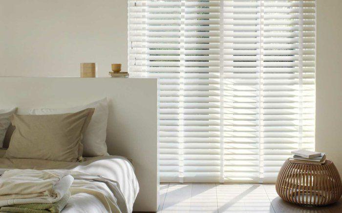 les stores v nitiens en 50 photos store venitien coussin beige et int rieurs blancs. Black Bedroom Furniture Sets. Home Design Ideas
