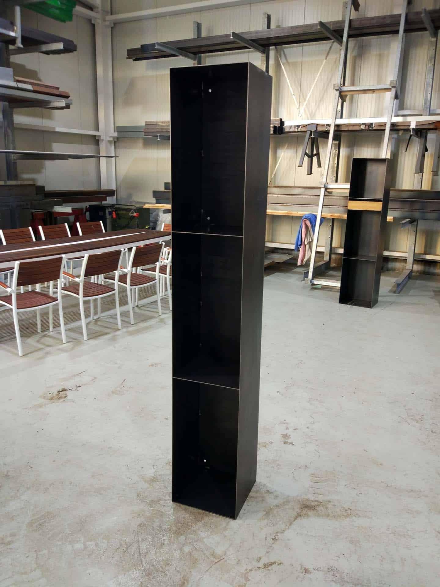 Regal aus Metall in Schwarz zur Aufbewahrung von Kaminholz