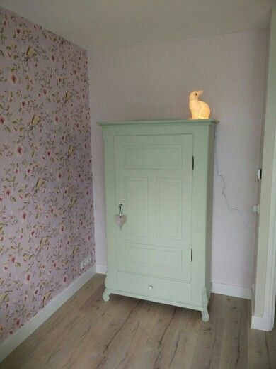 Antieke kast babykamer, kleur green tea van painting the past.