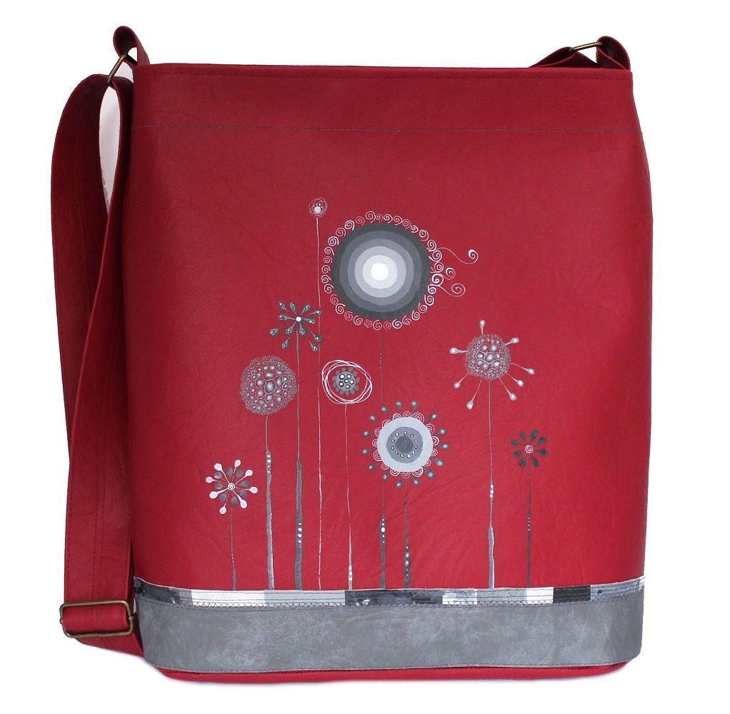 560+-+pampeluchová+Originální+ručně+malovaná+taška+speciálnímivoděodolnými+barvami,které+jsou+stálobarevné,odolné+vůči+oděru,pružné+a+omyvatelné.+Barevný+podklad:červená+tmavá.+Uvnitř+taškyje+jedna+dělená+kapsa.+Délka+ramínka+je+nastavitelná+(max.délka+130+cm).+Rozměry:+výška33+cm,+šířka+32+cm+(+dno+28x8+cm).+Každá+taška+je+vystavena+pouze+v+...
