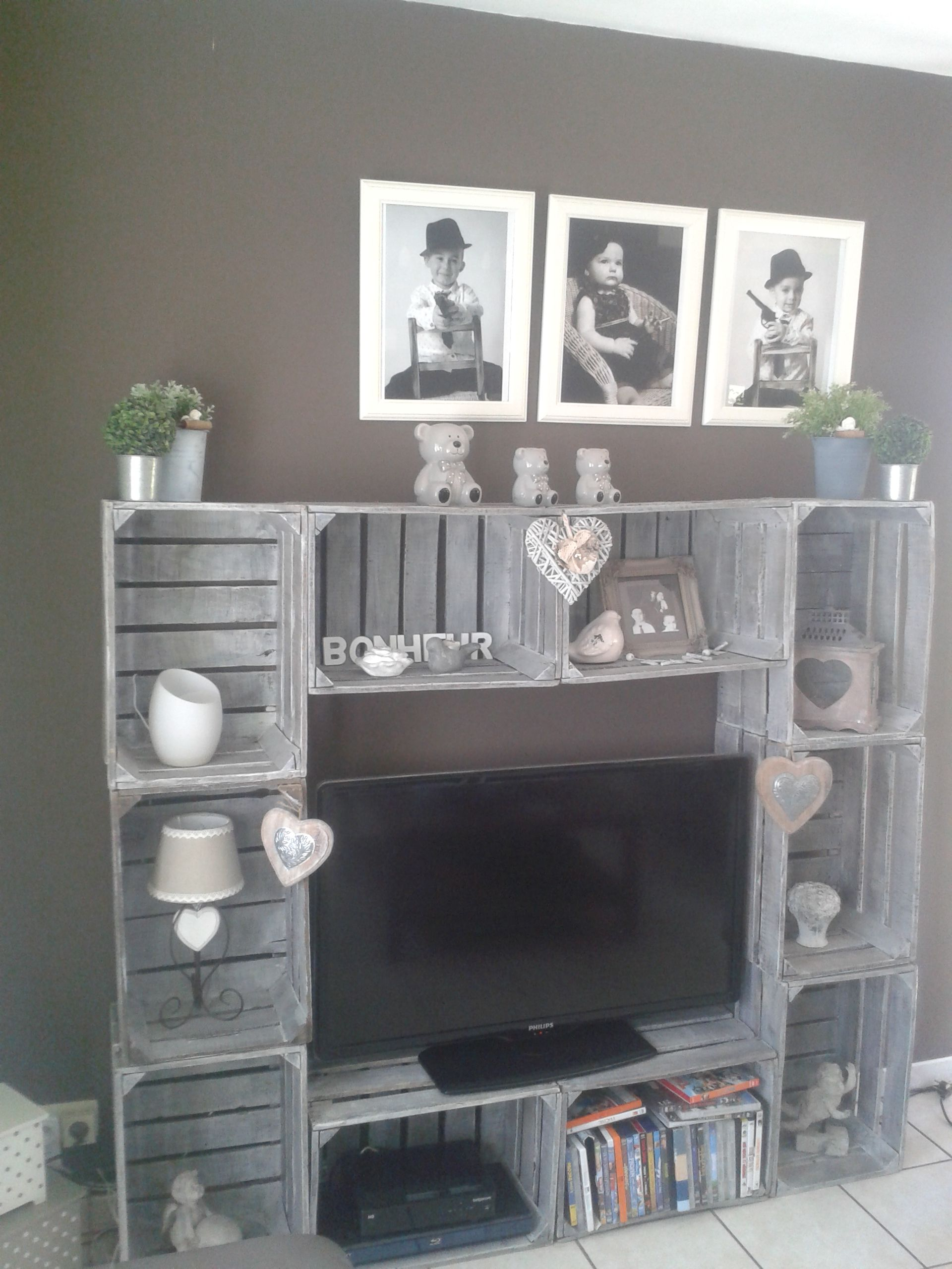 meuble t l by sophie d fabriqu avec des caisses cagettes en bois patin es. Black Bedroom Furniture Sets. Home Design Ideas