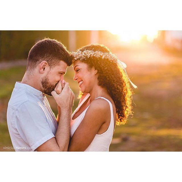 WEBSTA @ viniciusnunesfotografias - A simplicidade de gestos que transmitem muita paixão... <3 <3#esession #fotografiadegentefeliz #viniciusnunesfotografias #casamentonoes #fotógrafodecasamento #ensaiodecasal