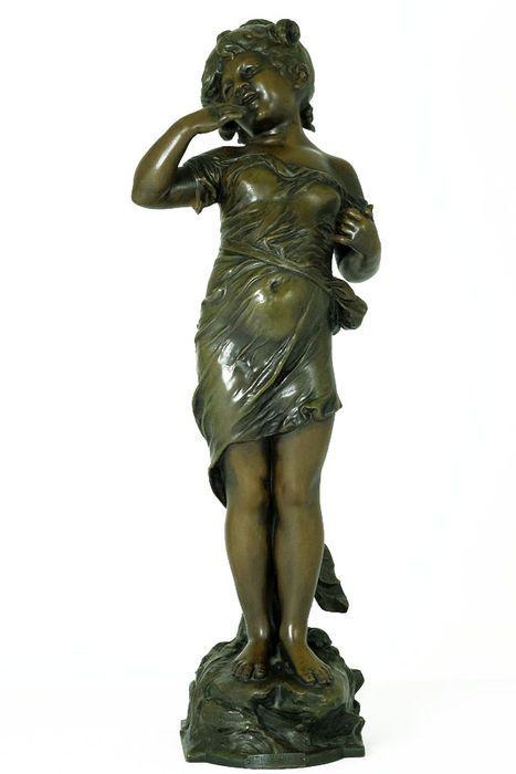 Auguste Moreau (1834-1917) - groot zamak sculptuur getiteld 'Le Baiser'- Frankrijk - eind 19e eeuw  Een groot sculptuur van een lieflijk meisje getiteld 'Le Baiser' (de kus).Het sculptuur is gemaakt van zamak en vervaardigd door de Franse beeldhouwer Auguste Moreau (1834-1917). Het beeld komt uit Frankrijk en werd vermoedelijk gemaakt aan het eind van de 19e eeuw. Details:Hoogte: 56 cm.Breedte: 19 cm.Diepte: 14 cm.Gewicht:3.8 KG.Het beeld is gesigneerd 'Aug. Moreau' en draagt een plaatje met…