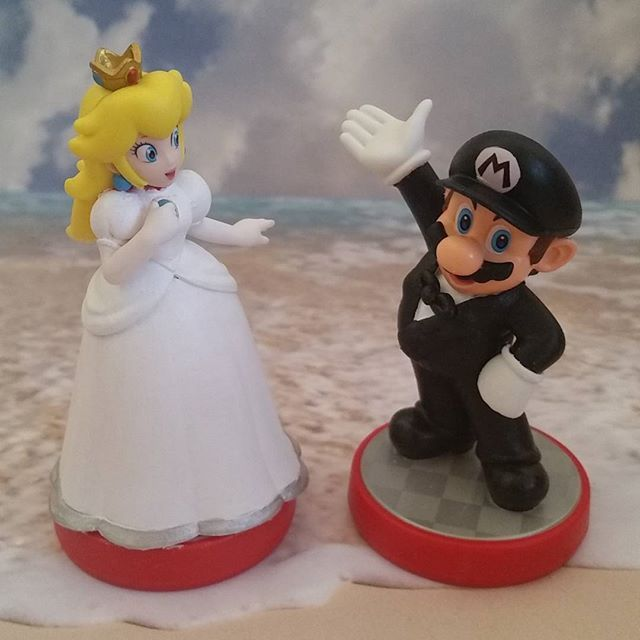 Mario and Peach honeymooning at the beach! Custom super mario amiibo ...