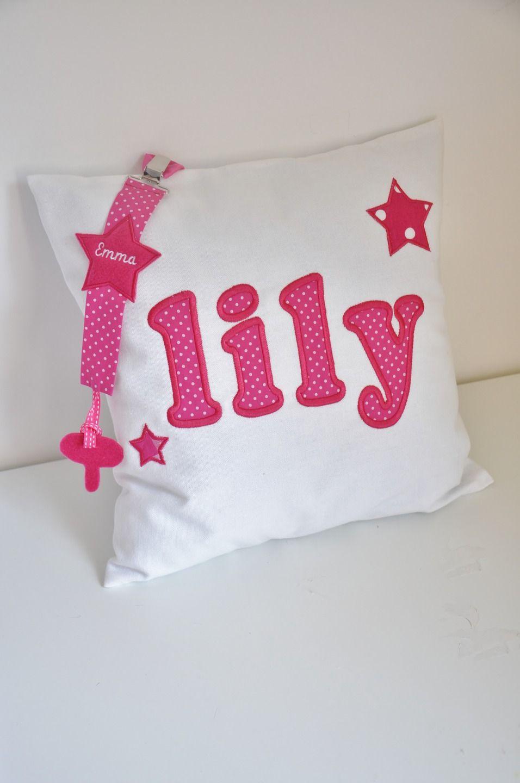 Box cadeau: coussin personnalisé en lettre appliquée brodée etoiles rose fuchsia+attache tétine cadeau naissance : Linge de lit enfants par lbm-creation