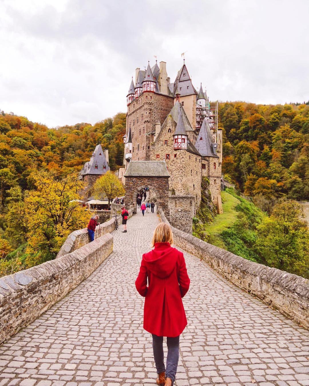 Die Burg Eltz In Deutschland Ist Immer Wieder Eine Reise Wert Aber Besonders Jetzt Im Herbst Mit Den Bunt Travel Inspiration City Trip Switzerland Travel