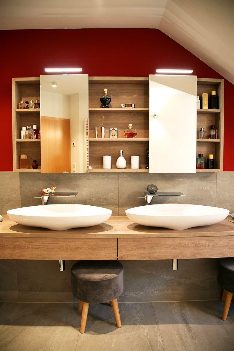 Badezimmer | Badspiegel mit regal, Holzwaschtisch und Regal