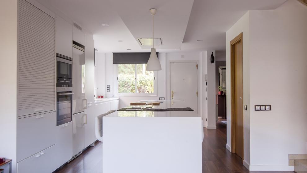 Vivienda equipada con el diseño de cocina LINE-E Blanco seff de ...