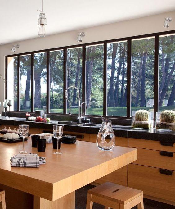 maison moderne avec grandes fen tres baies vitr es et. Black Bedroom Furniture Sets. Home Design Ideas