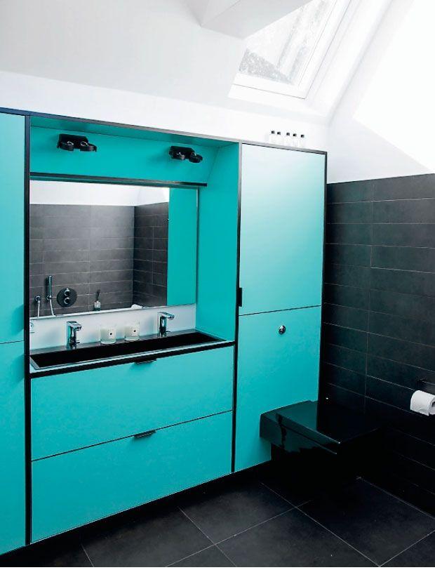 70er inspireret badeværelse med integreret vask, skabe og toilet i ...