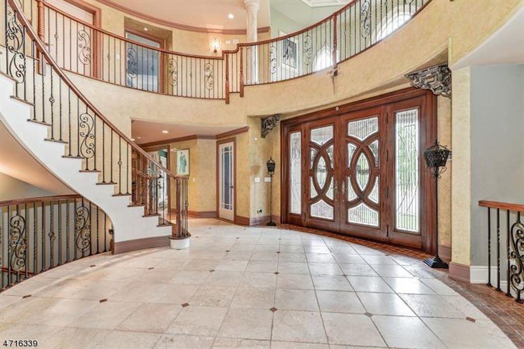 For Sale 2 695 000 The Virtual Tour Link For This Listing Contains An Enormous Amount Of Relevant Information Including A Compre Paramus Home House Interior