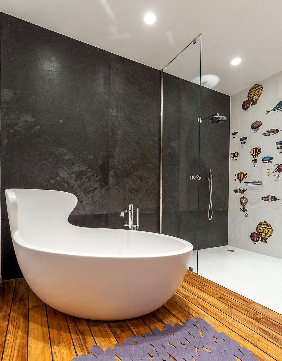 Kleine Und Moderne Badezimmer Mit Badewanne_modernes Bad Mit Schwarzer Wand  Und Holzfußboden