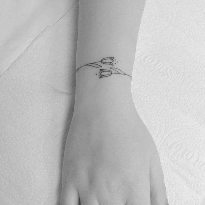 100 Latest Bracelet Tattoo Designs For Ladies: Floral Bracelet Tattoo By Bru Simoes. #linework#tulips