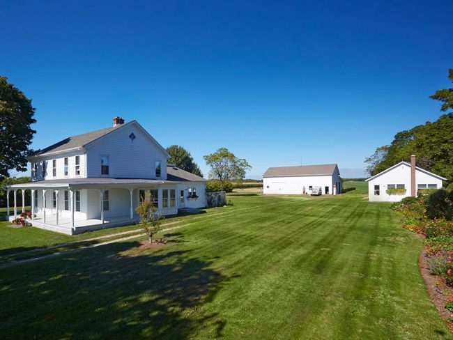 9 Presented By Bespoke Real Estate Tour A 5 This House Looks Identical To The Cooks Country House The Inside Isn House Styles Waterfront Property House
