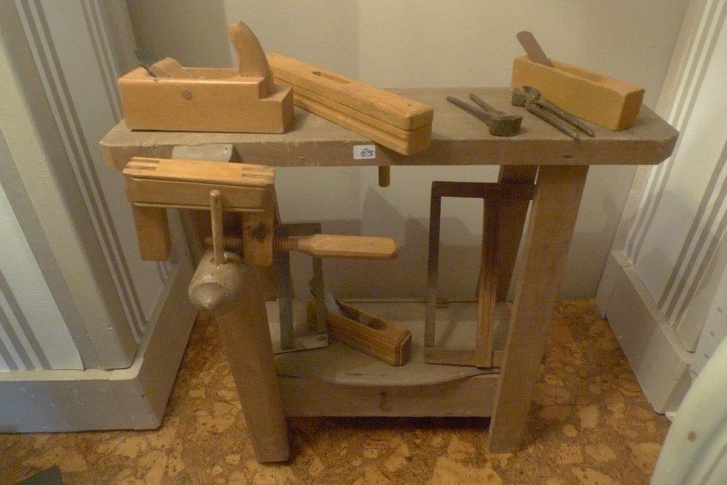 petit tabli ancien en bois avec ces outils etabli pinterest tablis outils et en bois. Black Bedroom Furniture Sets. Home Design Ideas