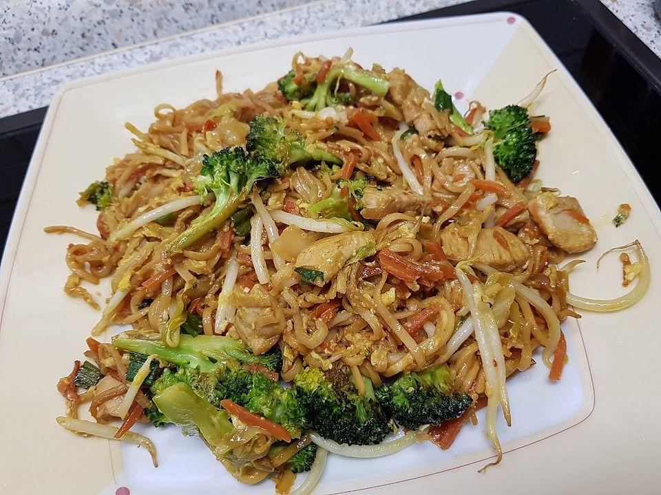 Chinesisch gebratene Nudeln mit Hühnchenfleisch, Ei und Gemüse von yasiliciousDE | Chefkoch