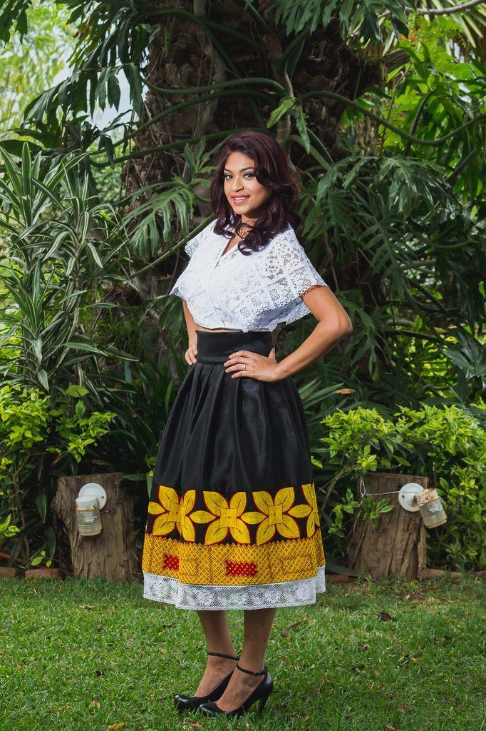 FALDA TULIPAN - Tela: Tafeta Tipo de bordado: Cadenilla de máquina artesanal Región en que elabora: Istmo de Tehuantepec, Oaxaca, México Diseño: Falda plisada con tul
