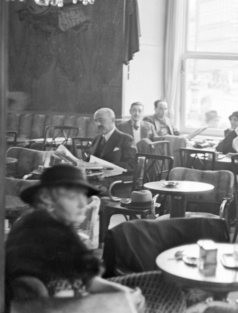 140 Jahre Cafe Central Als Im Wiener Kaffeehaus Basketball Gespielt Wurde Wiener Kaffeehaus Kaffeehaus Cafe